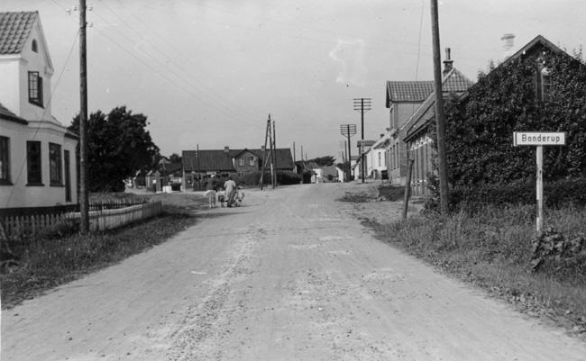 Gadebillede fra bonderup, 1945. fotografen er min far, gunnar j
